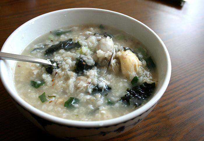 밖에 나가기 추운 날씨엔 뜨끈한 굴국밥