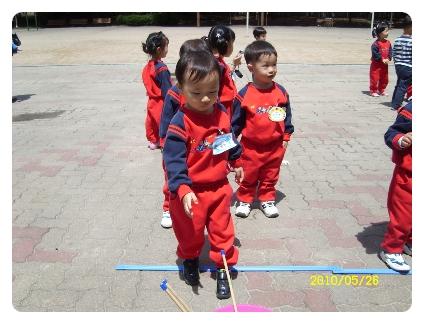 20100526 야외체육수업(투호던지기)
