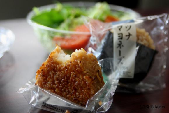일본의 편의점 드레싱을 이용한 점심