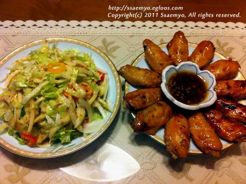 마늘 간장소스를 바른 닭날개 구이.