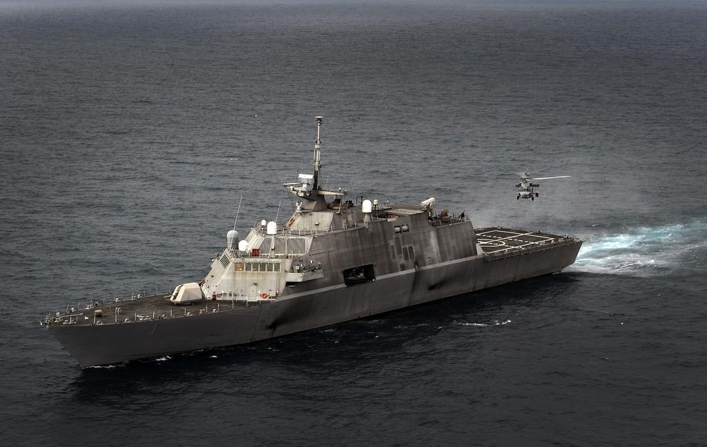 [사진] 헬기와 함께 훈련 중인 미 해군 연안전투함
