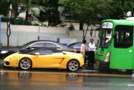 람보르기니를 들이받은 시내버스...헉..