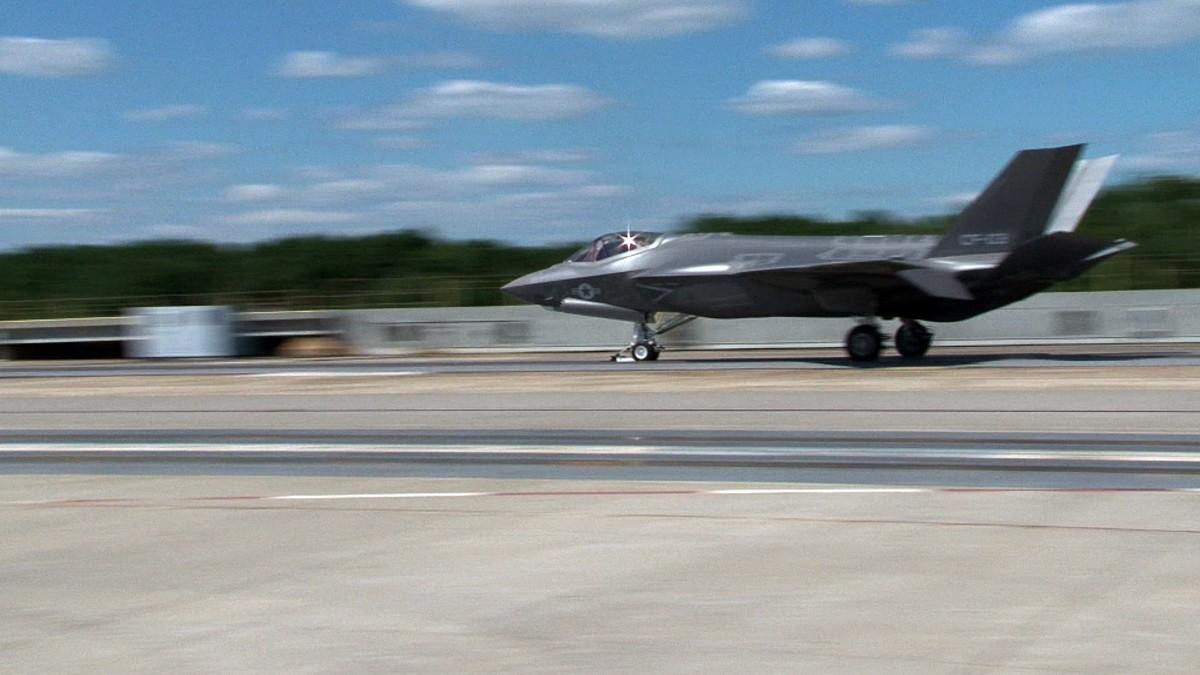 처음으로 카타풀트 이륙을 실시한 F-35C 전투기
