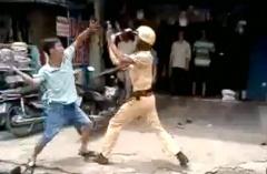 경찰이 경찰을 공격하다.