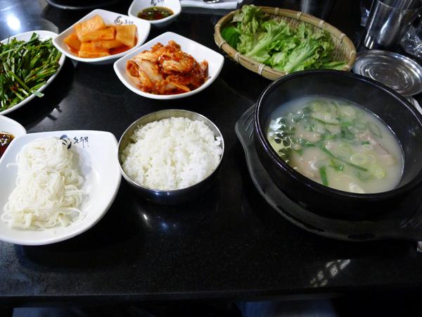 돼지국밥을 먹는 방법의 차이 <홍대 돈수백>