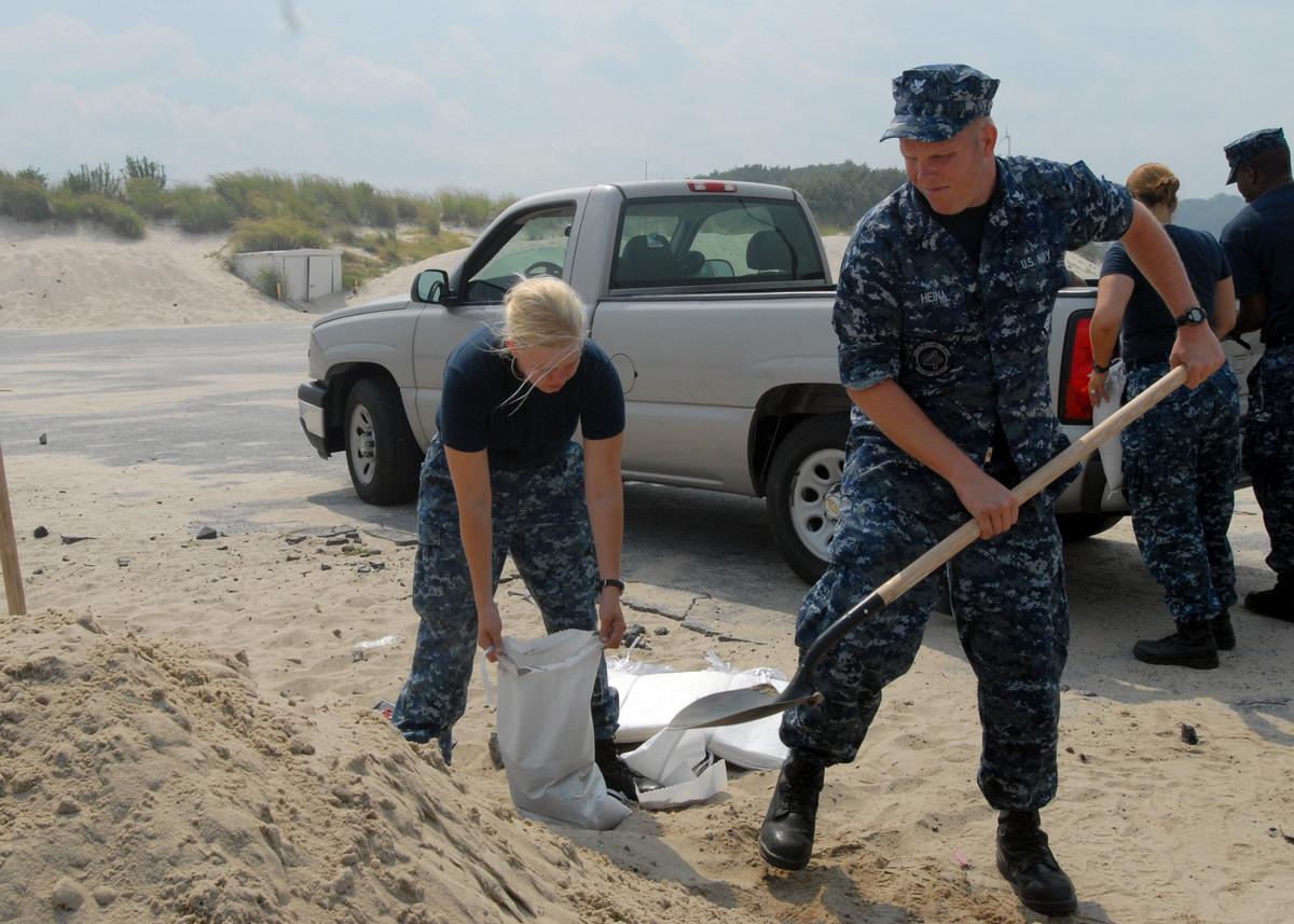 [사진] 허리케인 아이린을 맞이하는 미 해군의 모습