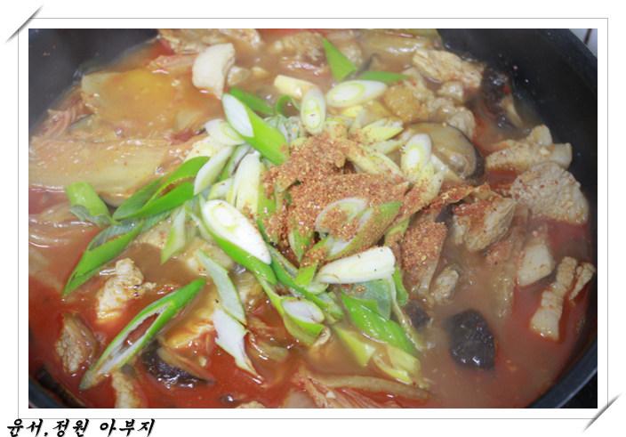돼지고기 김치찌개 와 닭곰탕