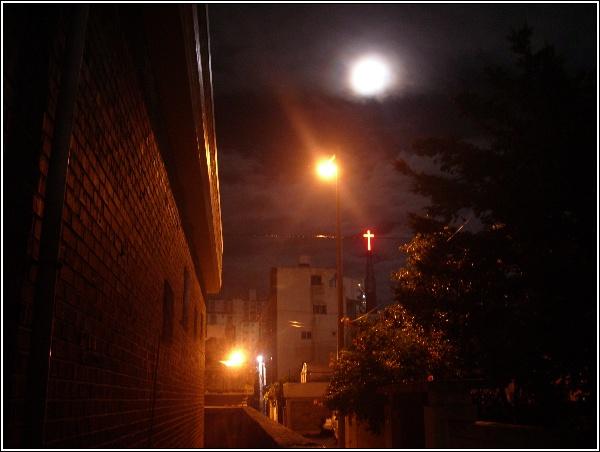 새벽 달, 흐린 날 저녁