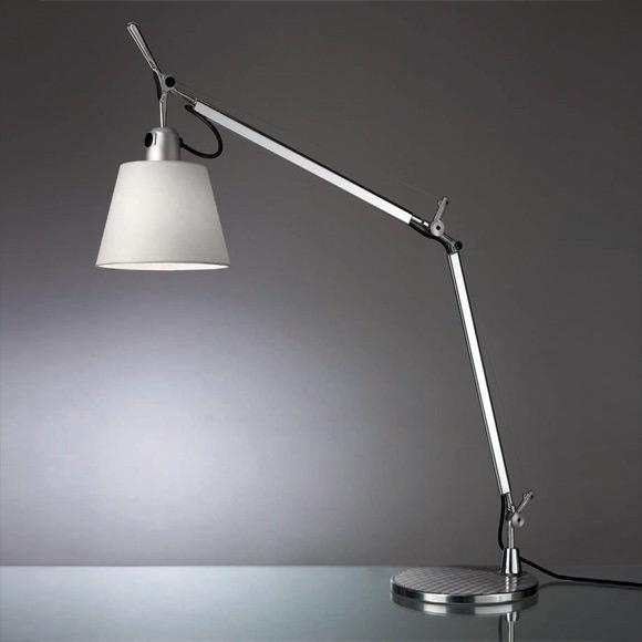 책상 스탠드 램프.