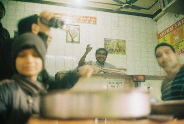 필름 카메라를 들고, 인도