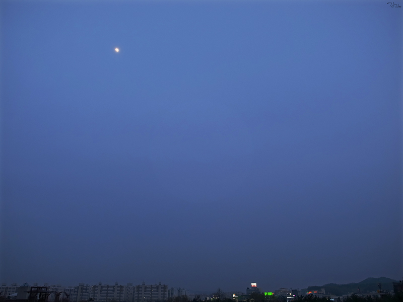 창밖에 떠있는 달을 보았네