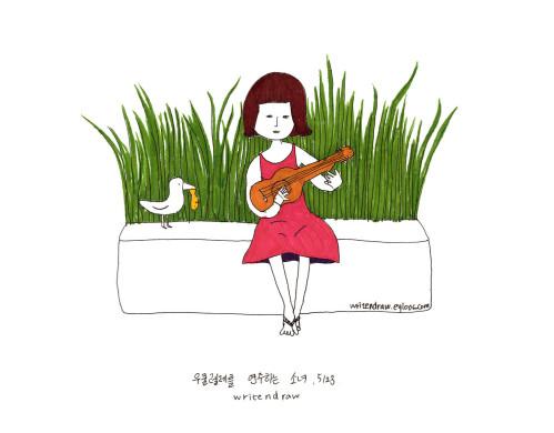 우쿨렐레를 연주하는 소녀