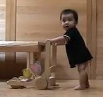 아기에게 걸음마를 가르치는 고양이