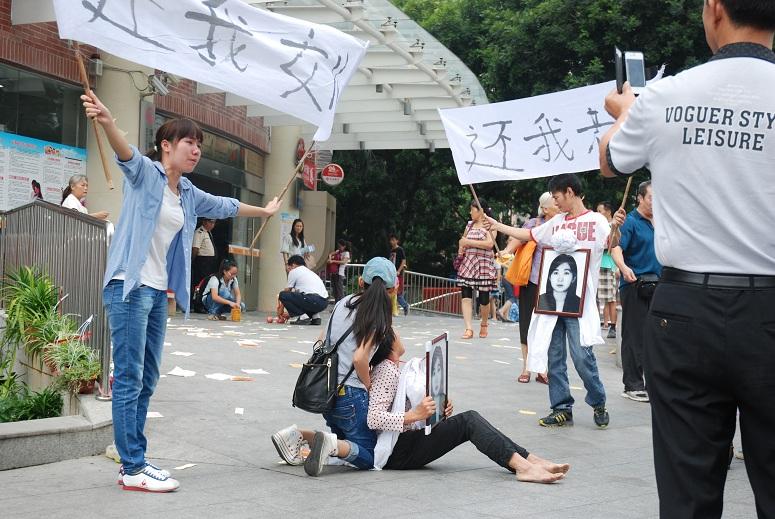 중국의료사고에 딸을 잃은 엄마의 시위현장 사진들