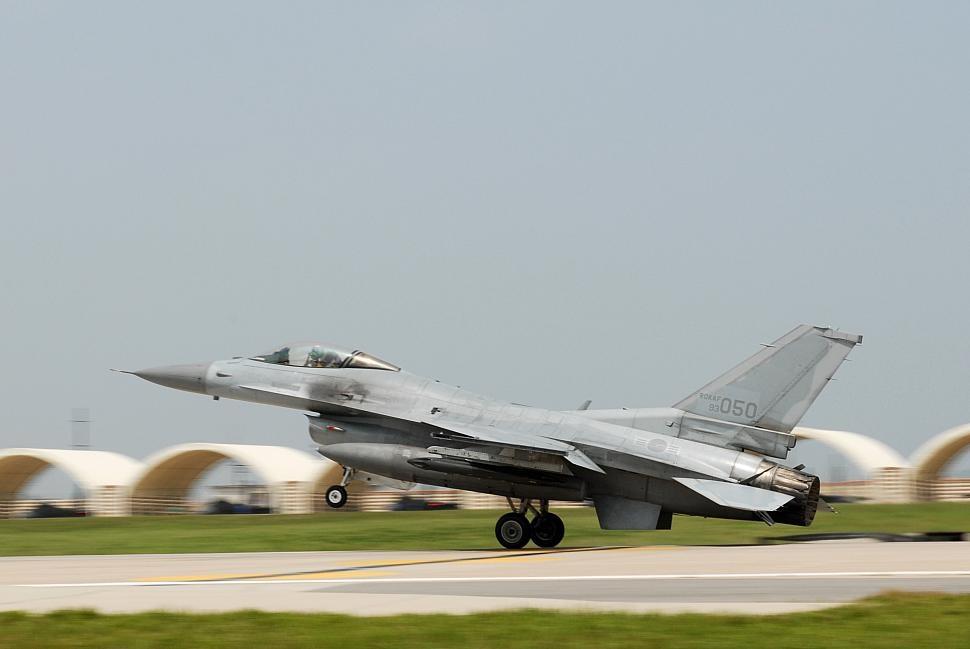 1단계에 착수하는 우리 공군 F-16 전투기 개량사업
