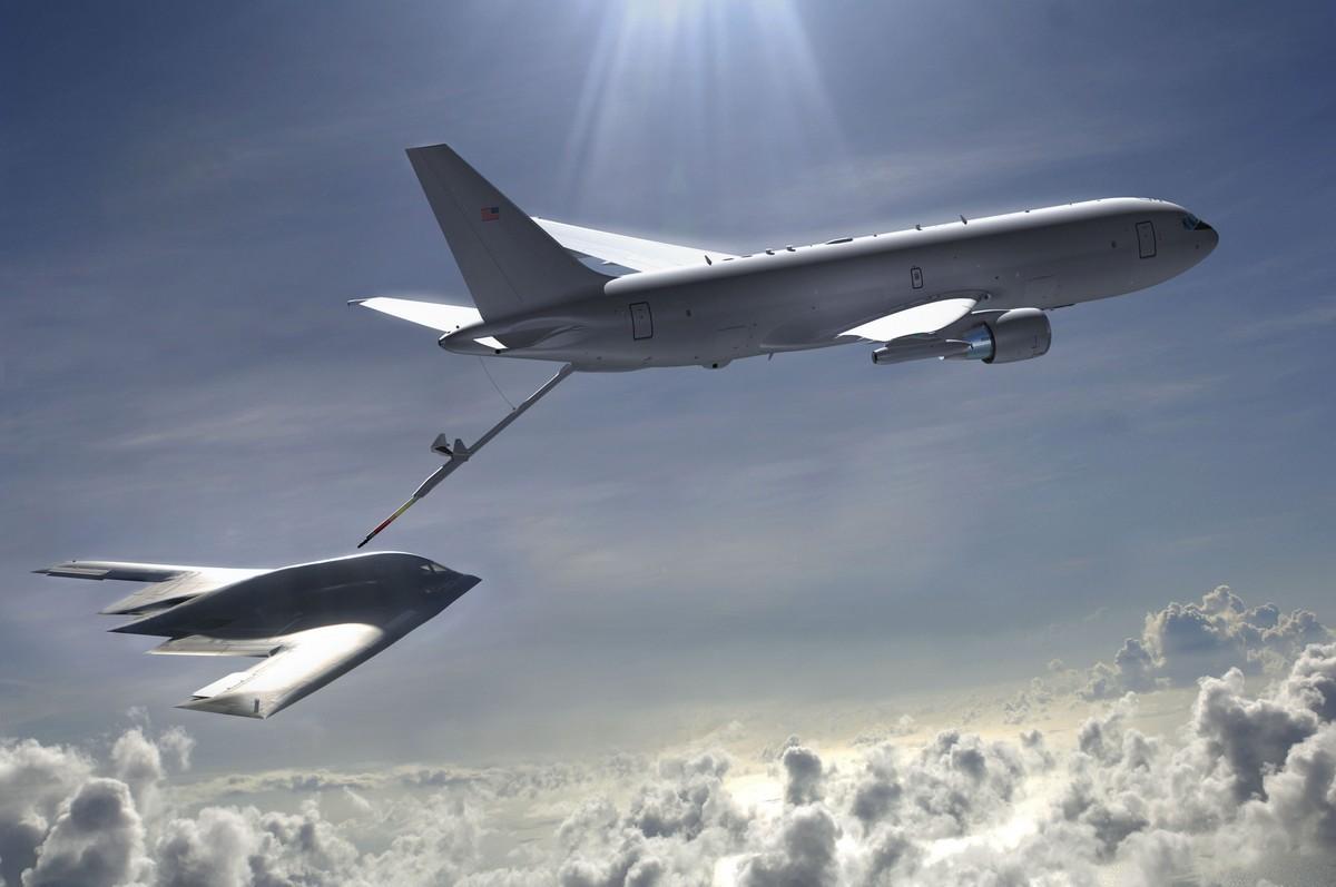 마지막 KC-46A 시제기를 조립 중인 보잉 外