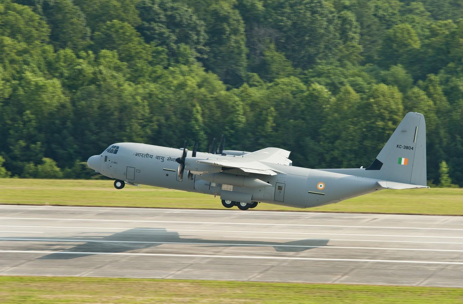 5명이 사망한 인도 공군의 C-130J 추락사고