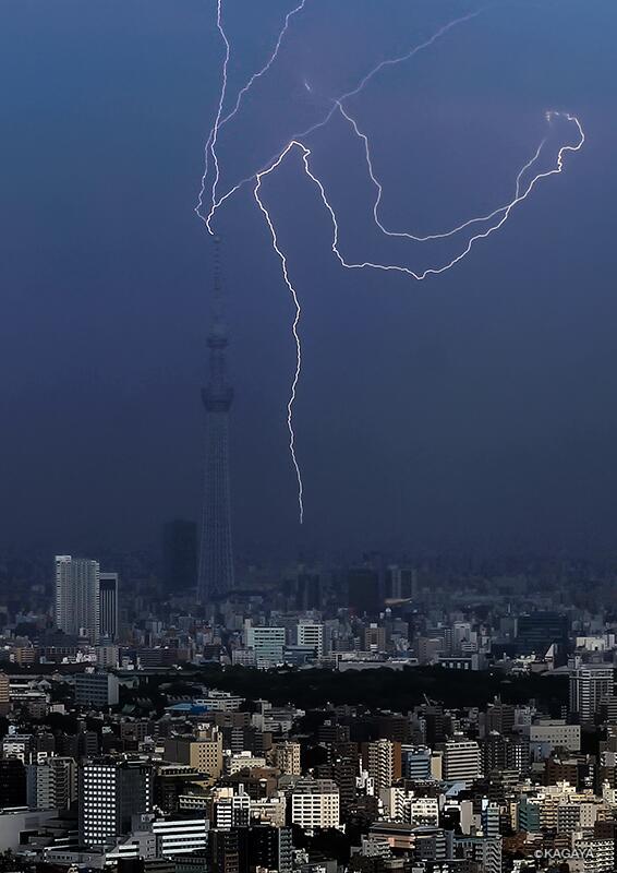 도쿄 스카이트리에 벼락이 치는 모습 & 이후 무지개..