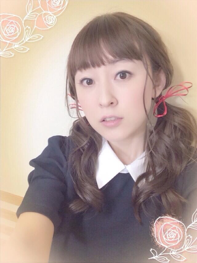 성우 타카하시 미카코씨의 사진, 앞머리 일자 헤어..