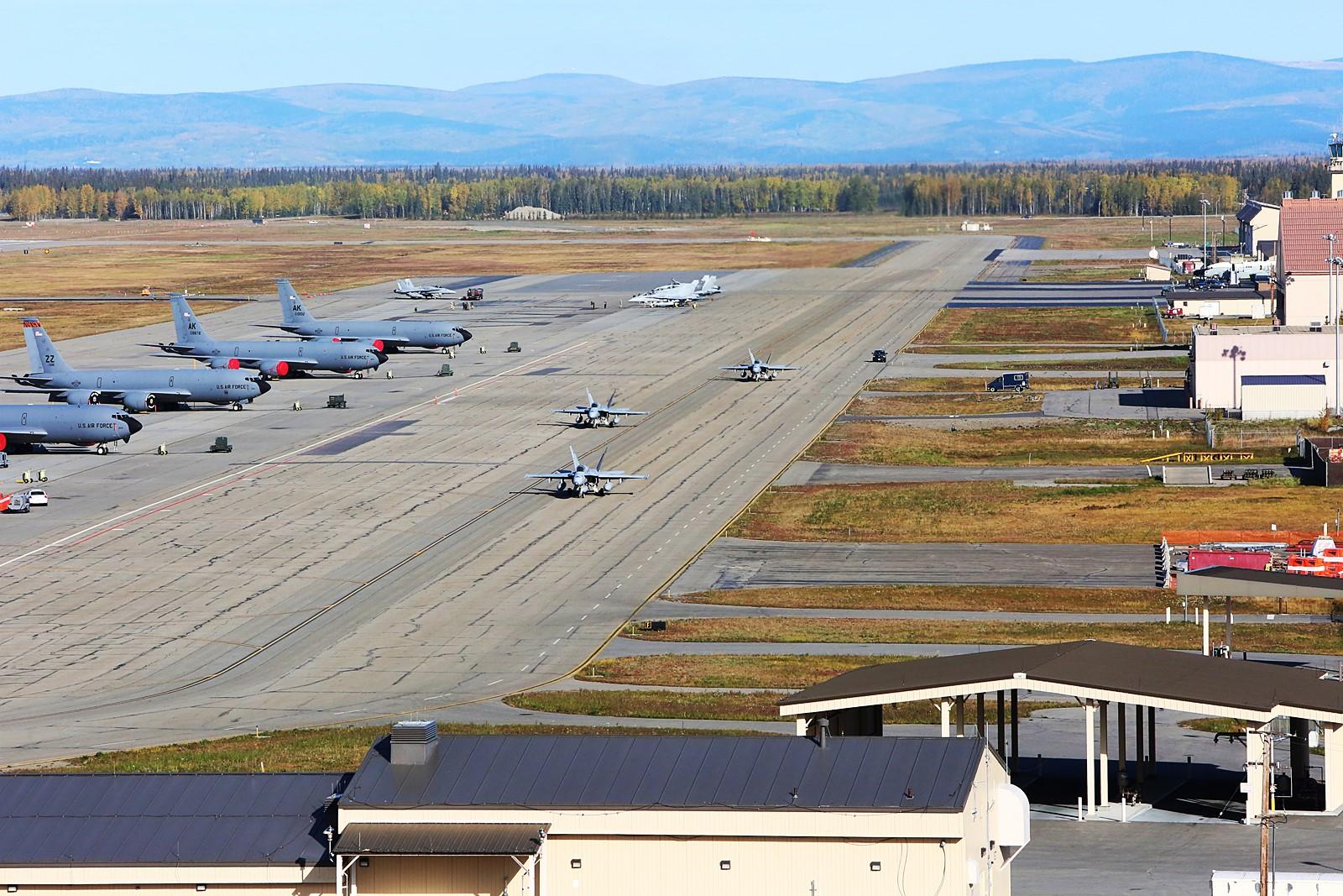 알라스카를 떠나는 미 해병대 VMFA-122 소속 F/A-18