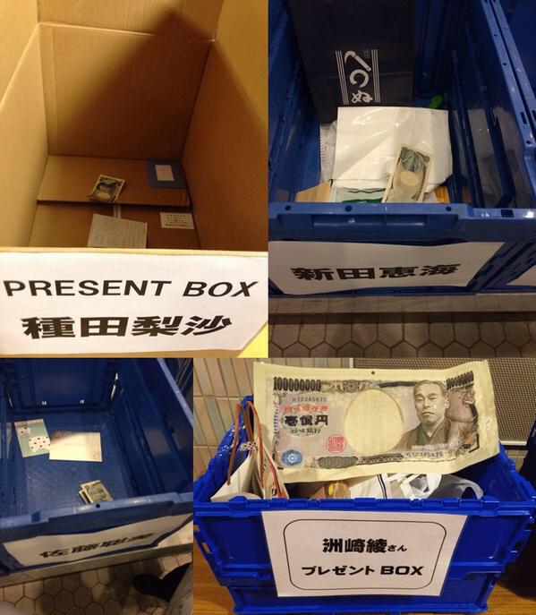 성우분들에게 전해줄 선물을 담는 박스에 현금을 넣는..
