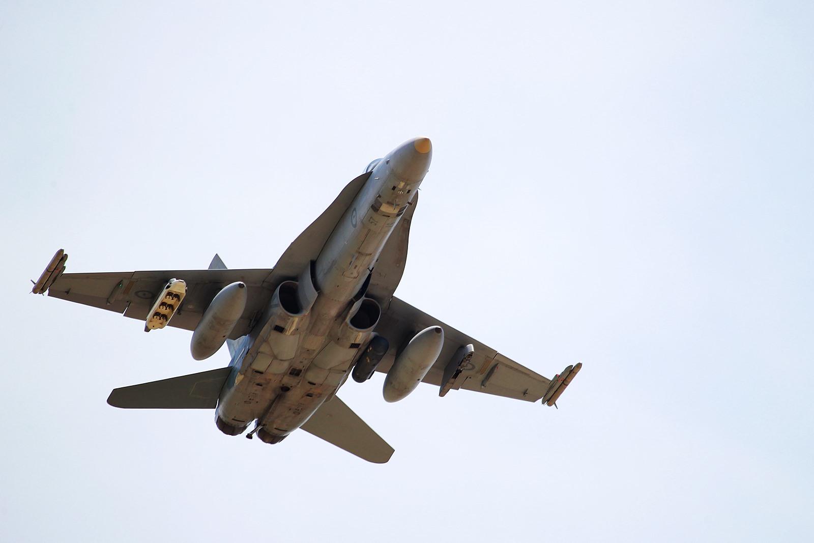 신입조종사 축하비행후 세척하는 호주공군 F/A-18A..