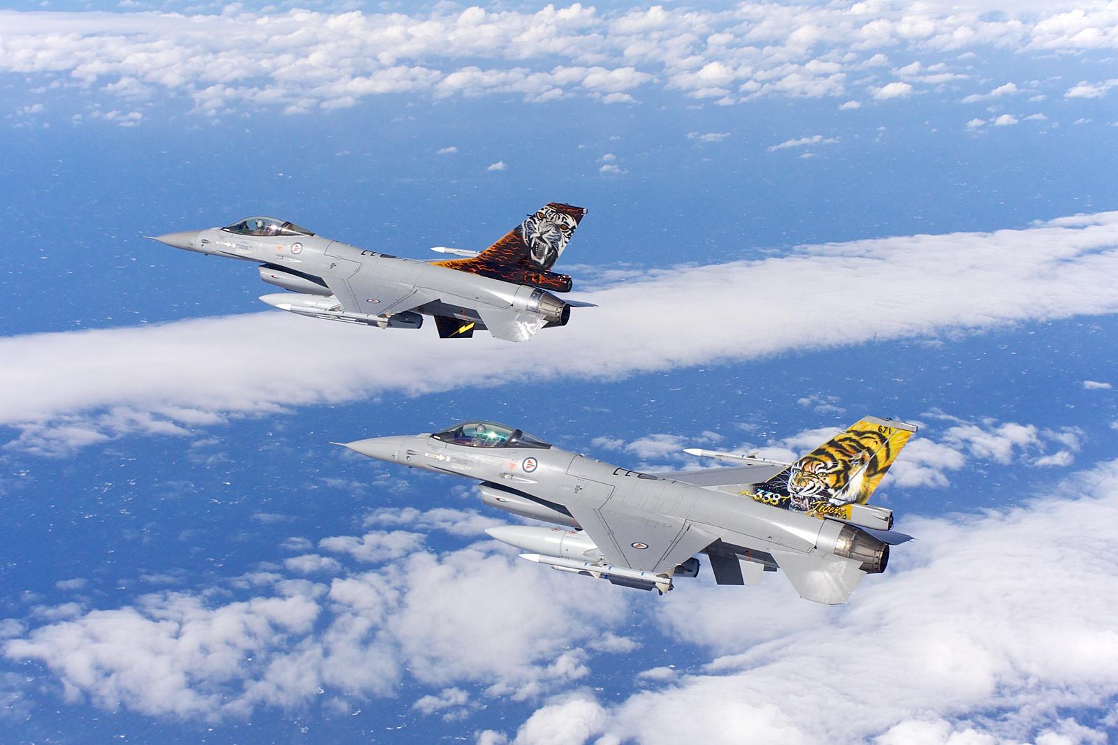 미공군 KC-135와 급유훈련하는 노르웨이공군 F-16..