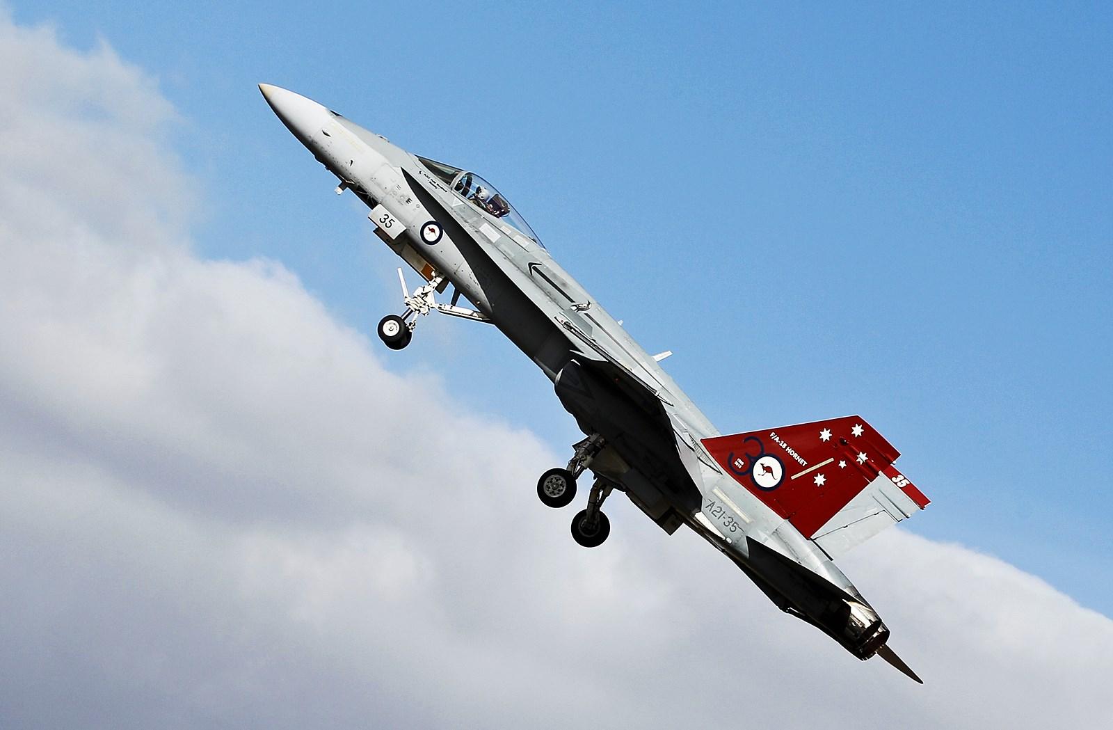 호주국제 에어쇼 개막을 알리는 F/A-18A Hornet ..