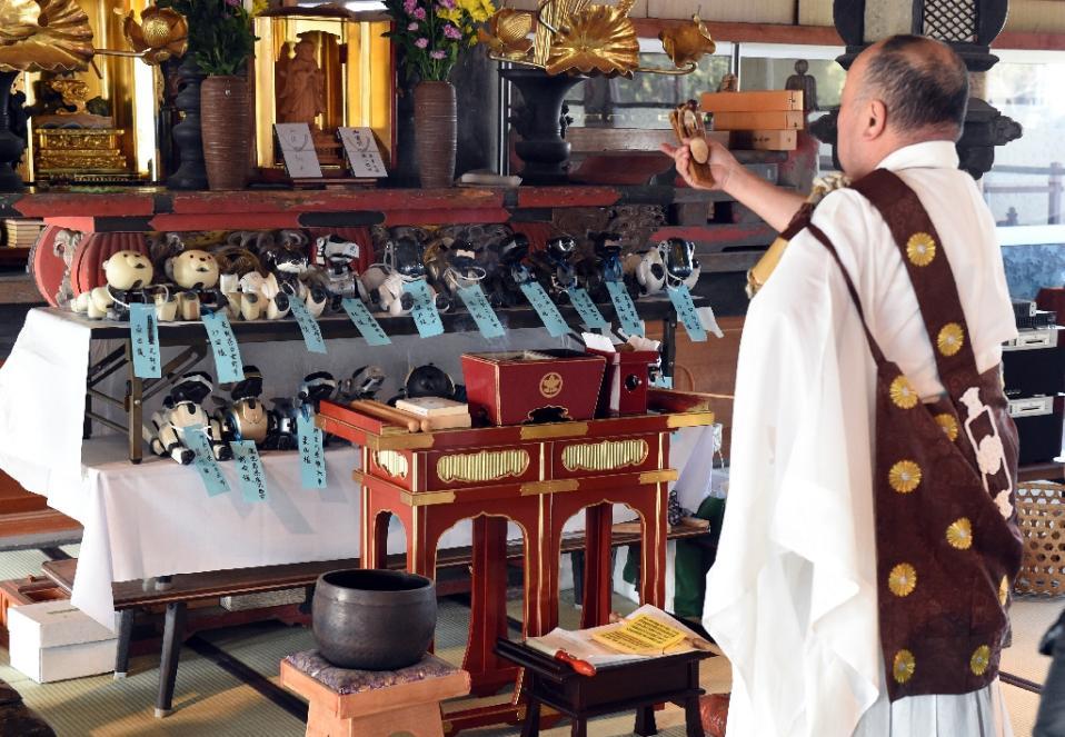 일본의 한 절에서 열린 로봇개 AIBO를 위한 장례식..