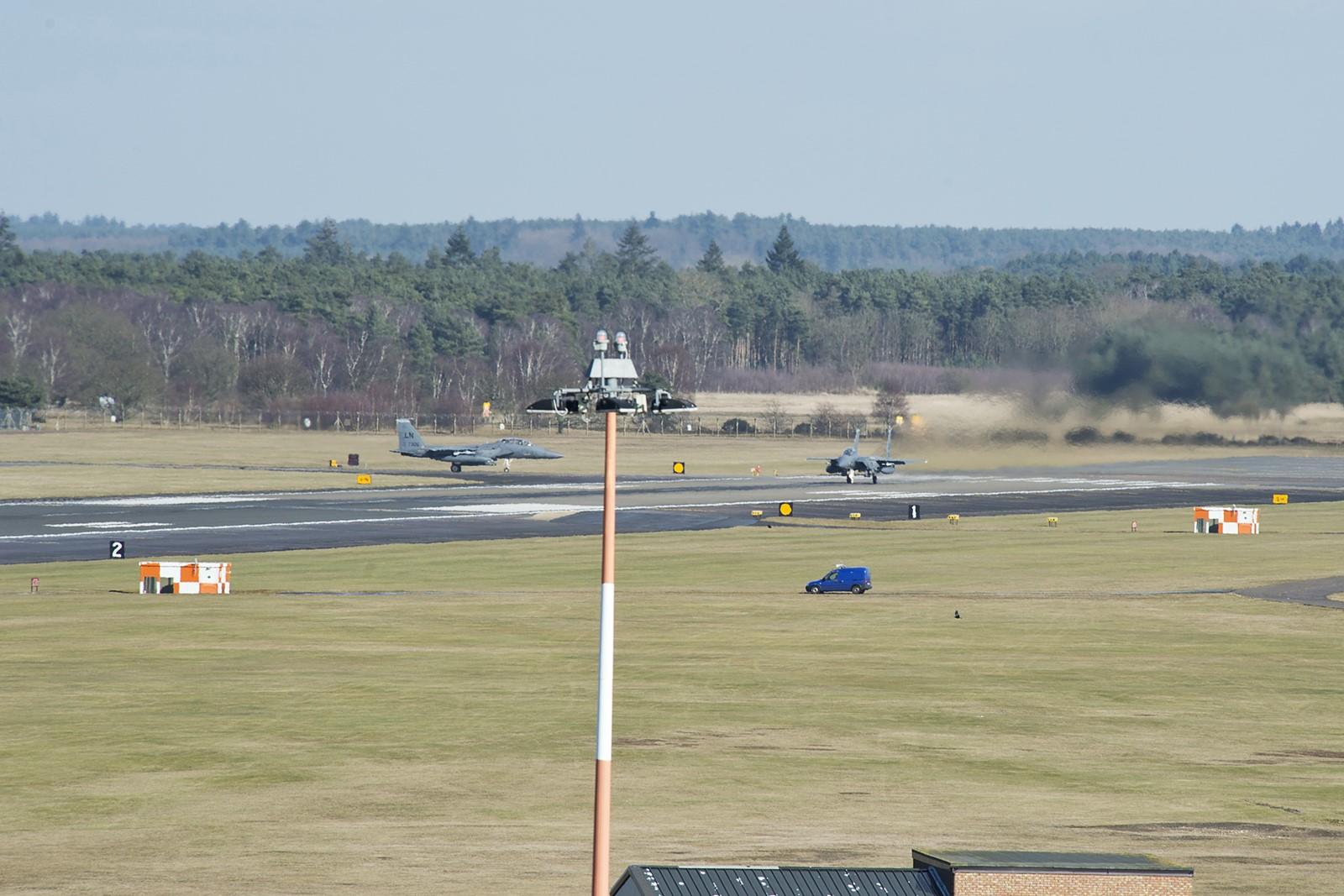 영국 공군기지에서 이륙하는 미공군 F-15E Strike ..