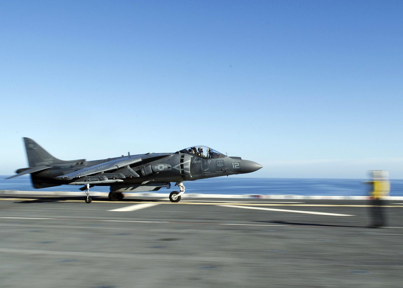 F-35B로 조기 교체될 AV-8B 공격기 America (LH..
