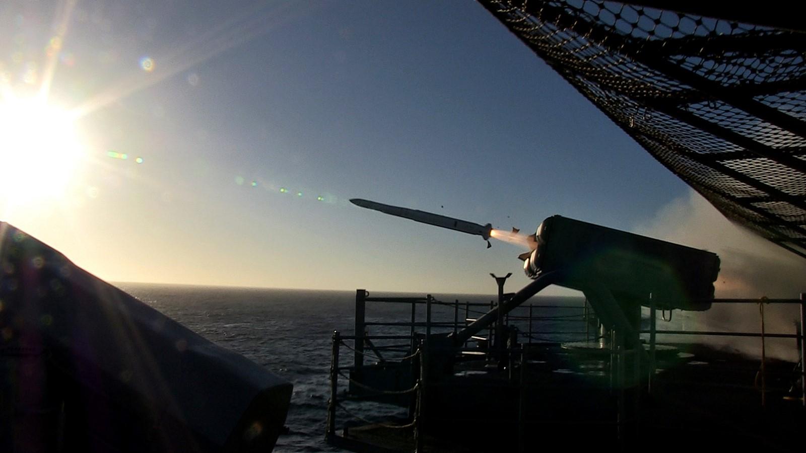 ESSM 미사일 발사하는 미 신형상륙함 USS Americ..
