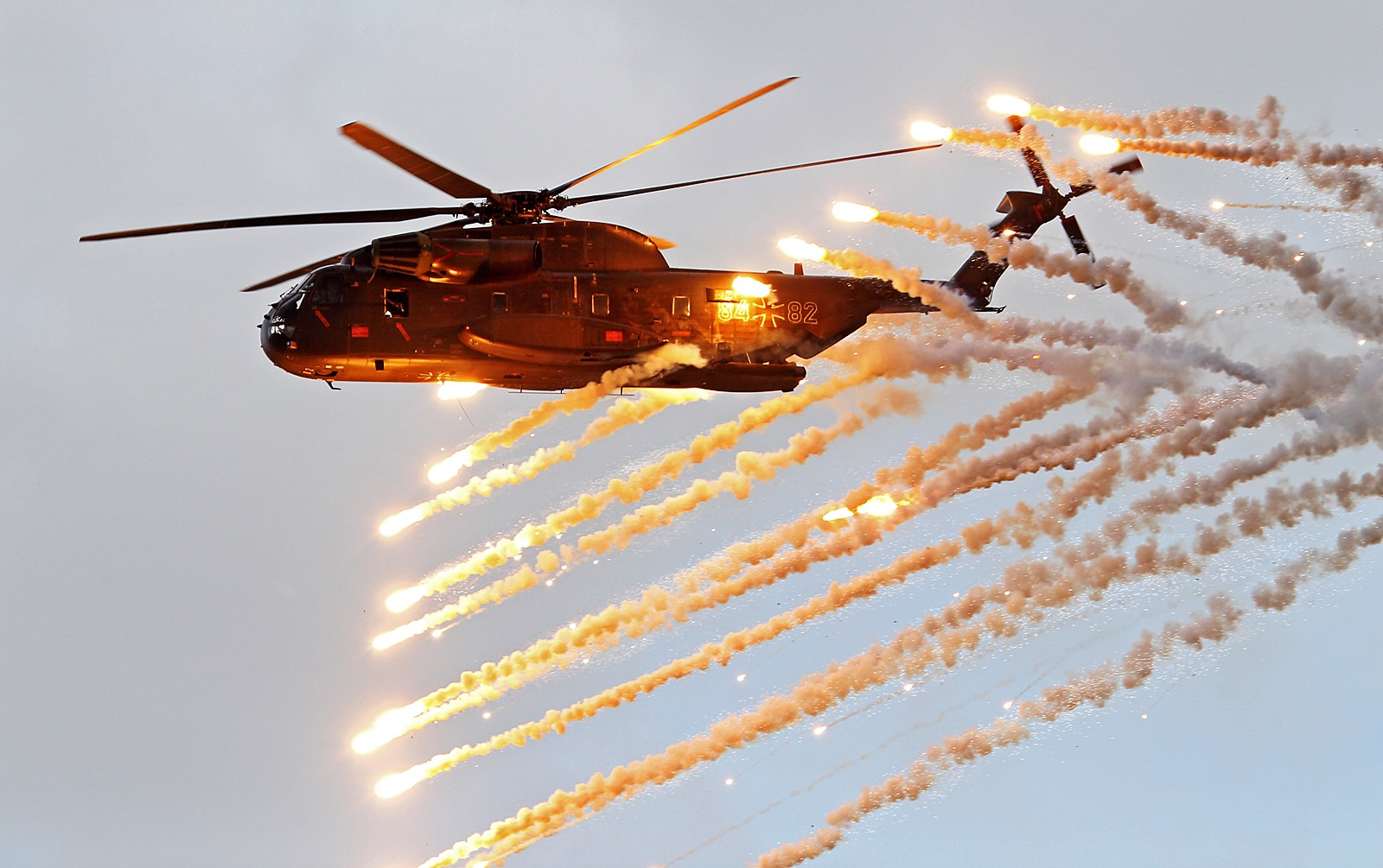 훈련비행중 플레어 살포하는 독일공군 CH-53GE ..