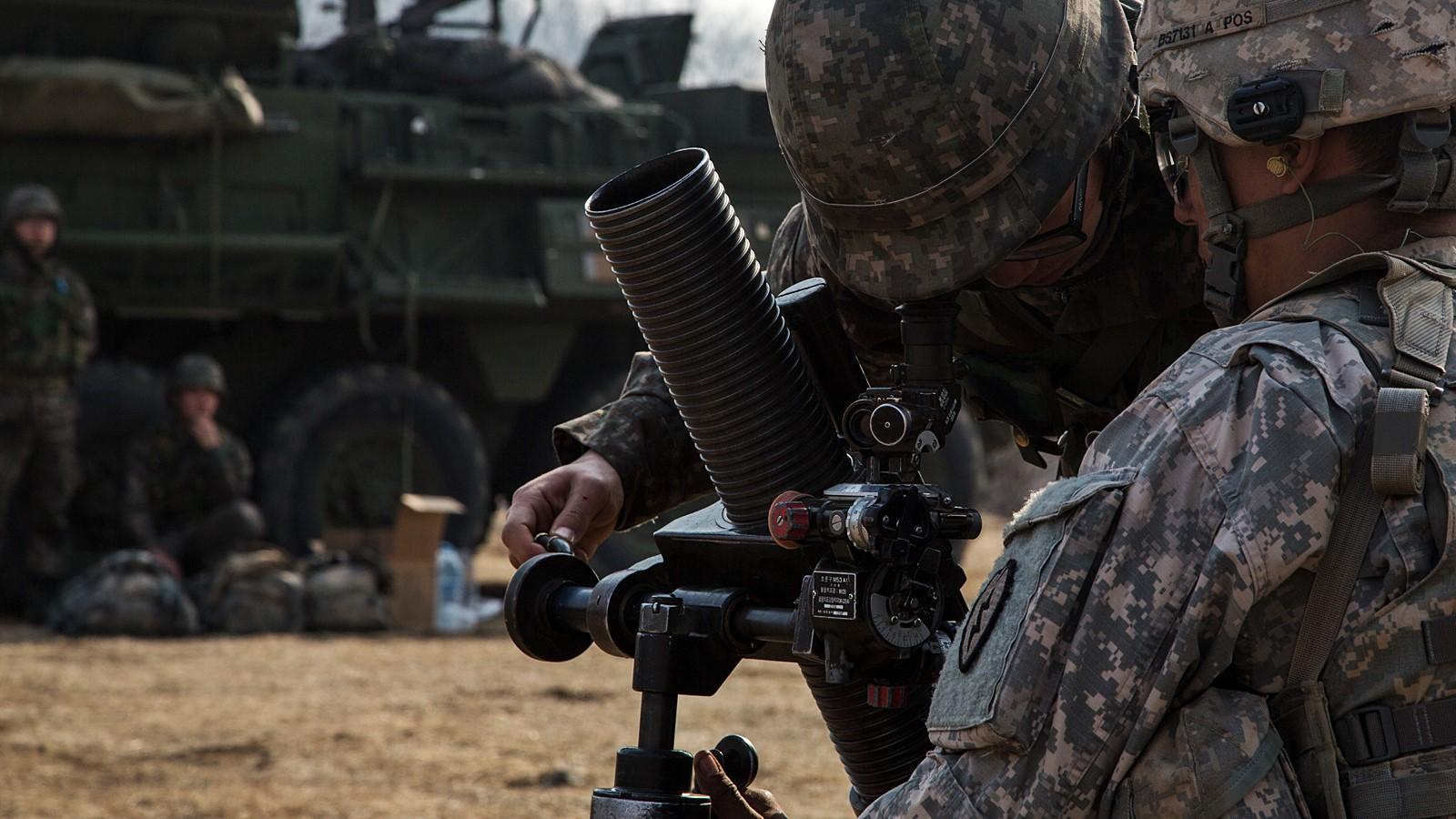 한미연합 2015 독수리훈련중 박격포 사격하는 미 보병