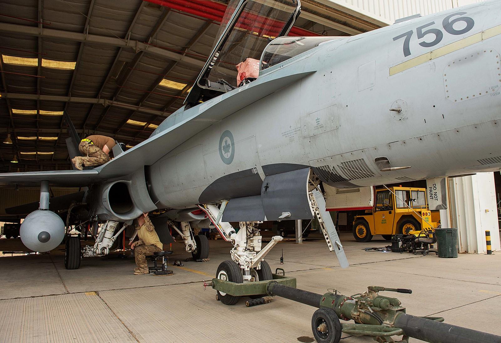 ISIL 폭격위해 CF-188 전투기 정비하는 캐나다공군