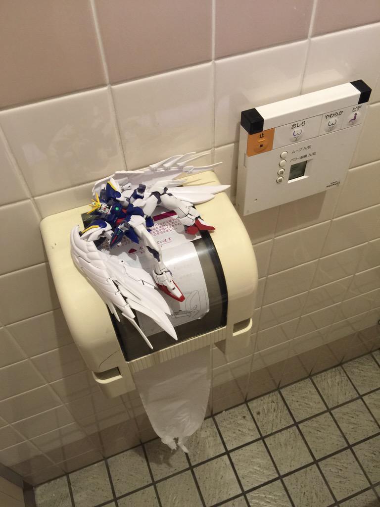 화장실에 놓여있는 '윙제로 커스텀'한테는 대체 무슨..