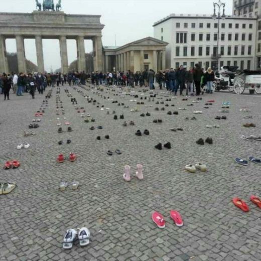 광장에 놓인 304 켤레의 신발들