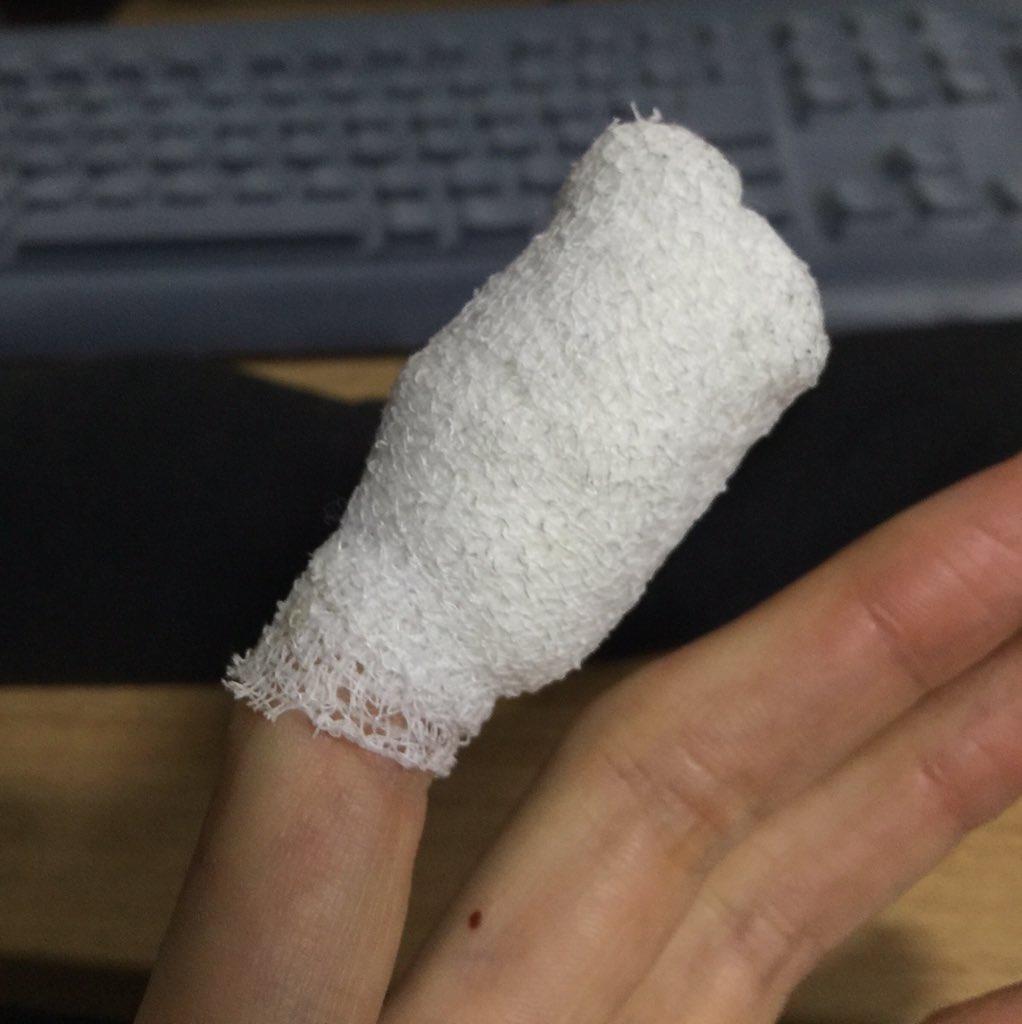 손가락을 베여서 수술하고 왔습니다......