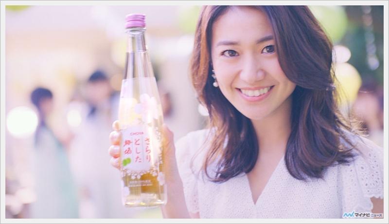 오오시마 유코, 흰색 의상에서 야외 파티-웃는 ..