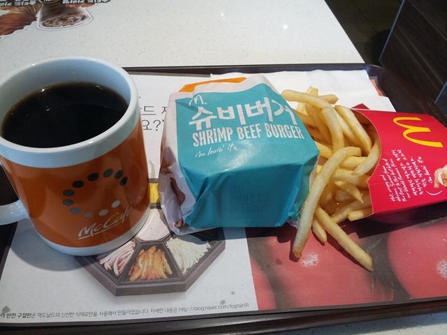 오늘의 점심메뉴. 슈비버거 세트와 커피 한 잔