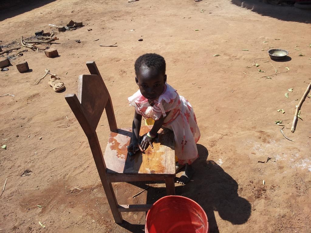 [모잠비크] 의자 닦는 꼬맹이