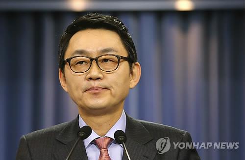 탁현민이 2급 청와대 행정관에 연봉이 9천만원이라고..