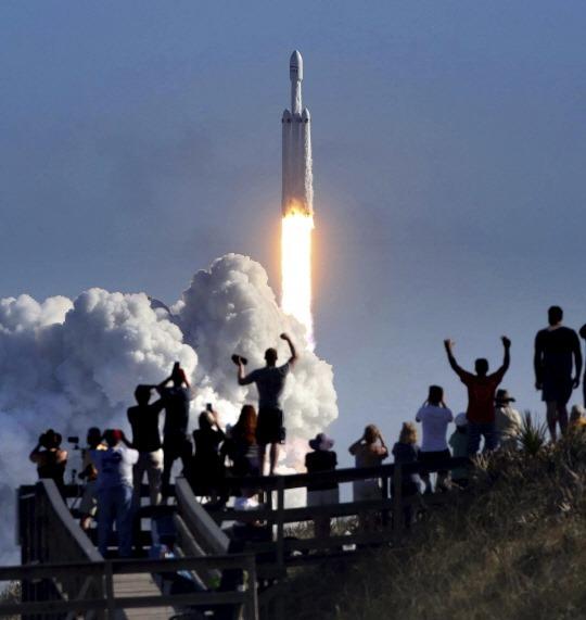 스페이스 X 팰컨 헤비, 전기차 싣고 우주로