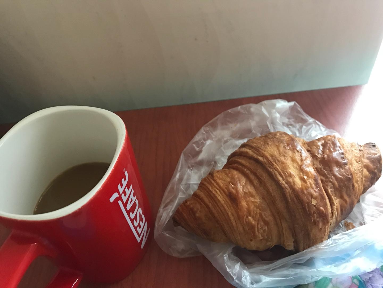 오늘은 크로와상 하나랑 커피믹스