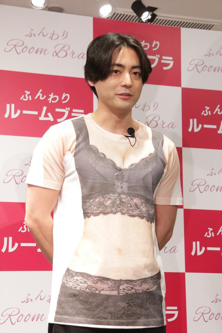 배우 야마다 타카유키씨가 여성 고객들의 가슴 둘레를..